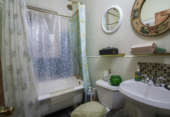 Otis Place Bed and Breakfast: Bathroom