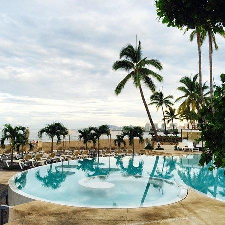 Hilton Puerto Vallarta Resort: Pool around 8am