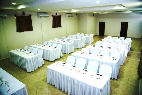 Marina Hotel & Resort: MONTAJE TIPO ESCUELA EN SALÓN DE EVENTOS.