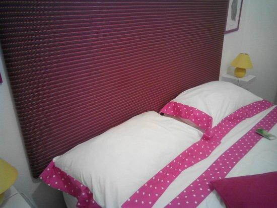 Ariadimare Bed and Breaksfast : Il Nostro letto: allegro e colorato!! come del resto tutto il b&b...