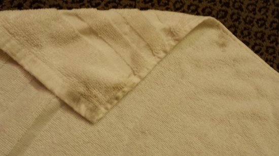 Ramada Sioux Falls: black staining on bath towel