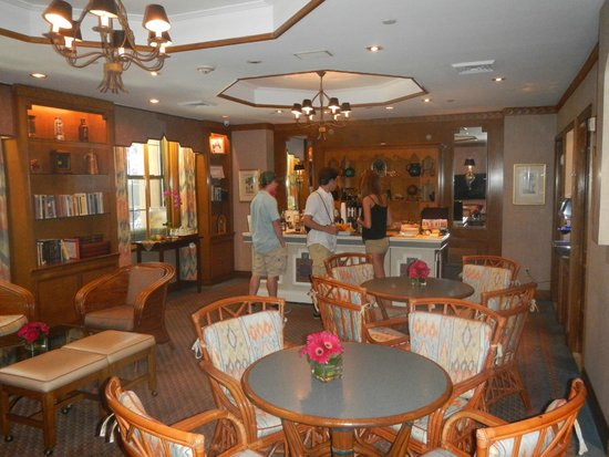 Casablanca Hotel Times Square: Inside reception area - wine, cheese, drinks, food all comp