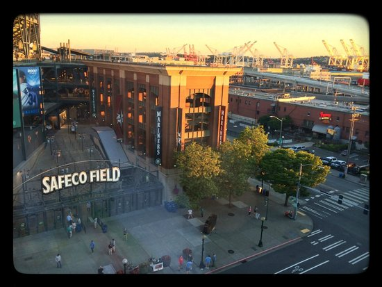 Silver Cloud Hotel - Seattle Stadium: View of Safeco's Left Field Gate from room 942.