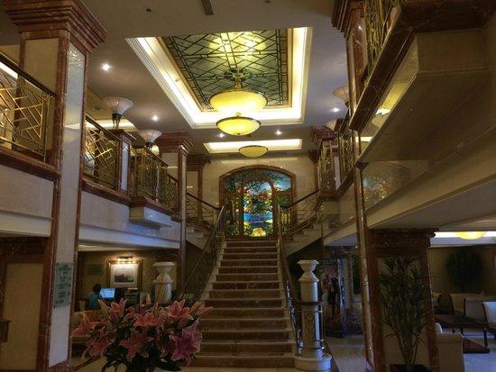 Killarney Plaza Hotel and Spa : Lobby Staircase