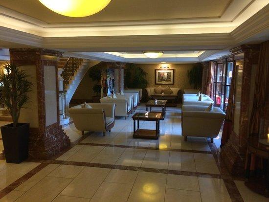 Killarney Plaza Hotel and Spa : Lobby waiting area