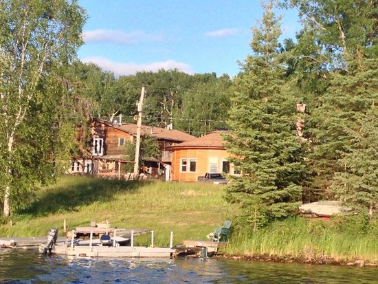 Land of the Loon Resort: Building on left belongs to Land of the Loon.