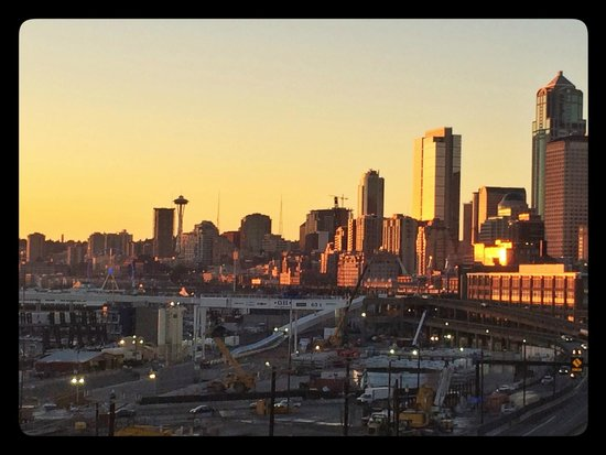 Silver Cloud Hotel - Seattle Stadium: Evening view toward downtown Seattle from the rooftop pool/garden/deck area.