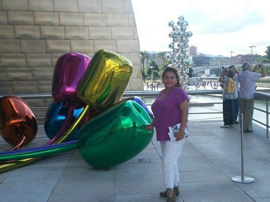 Museo Guggenheim de Bilbao: Esferas y flores de acero inoxidable