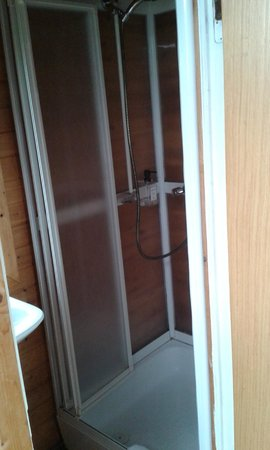Smaratun Guesthouse: Chalet shower