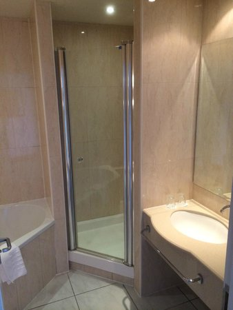 Mercure Cardiff Holland House Hotel and Spa: Modern Shower