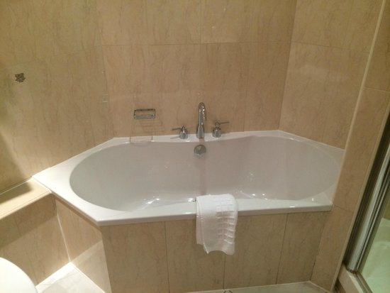 Mercure Cardiff Holland House Hotel and Spa: Nice Tub