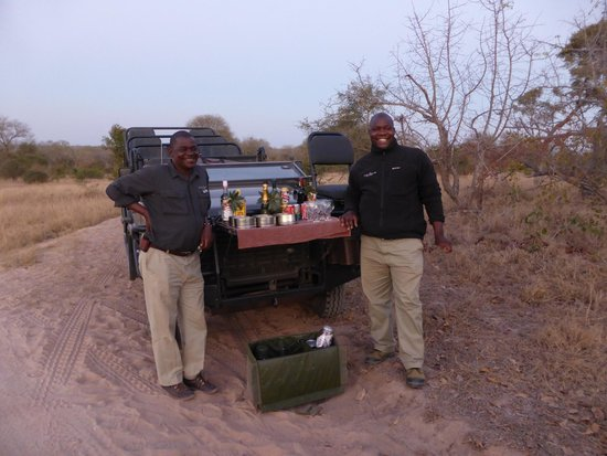 Lion Sands River Lodge: Bars Open!!