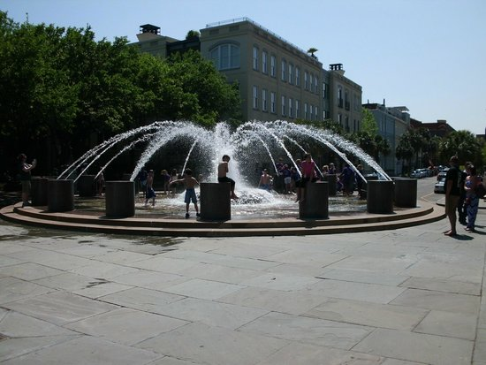 Charleston Waterfront Park: Fountain at the entrance to the park
