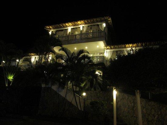Pousada Aroma Do Mar: La entrada a la pousada de noche