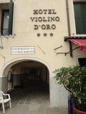 Hotel Anastasia: Para chegar no Anastasia, passe pelo arco ao lado do Violino D'Oro