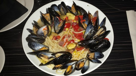 Black Horse Restaurant Tavern: Mussels linguini... LOOKED and smelled so good...but...