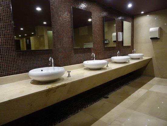 Hard Rock Hotel Cancun : Mens Restroom