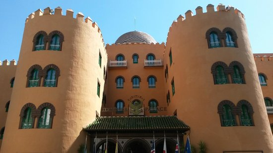 Alhambra Palace Hotel: Hotel Outdoors