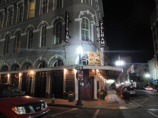 The Pelham : la fachada de noche