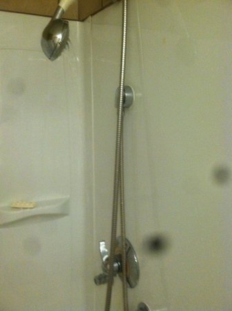 Baymont Inn & Suites Shreveport Airport: Low water pressure, broken shower head showers wall