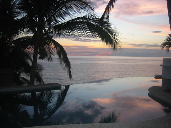 Bungalows Lydia: Amazing Sunset by our Infinity Pool.