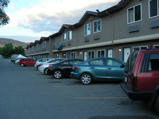 Days Inn Kelowna: North side parking