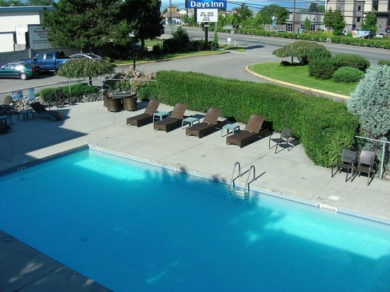 Days Inn Kelowna : Pool view