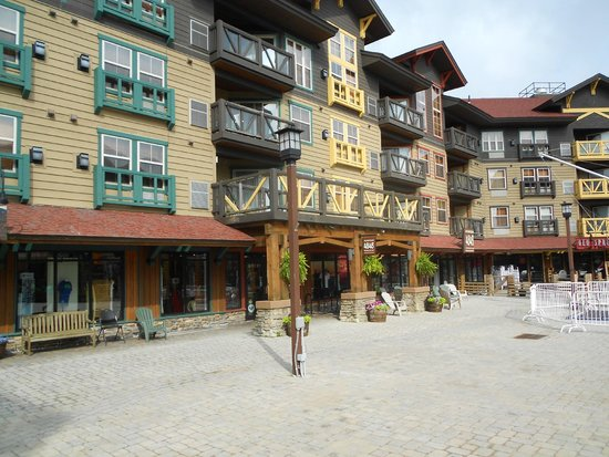 Inn at Snowshoe: View of some rooms facing the restaurants and hotel streets
