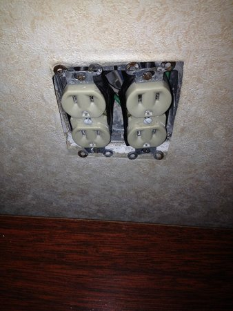 ‪‪Motel 6 Atlanta, GA - Stadium SE‬: exposed outlet in our room‬