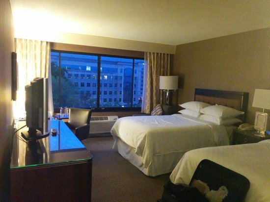 Sheraton Reston Hotel: 5th floor two full beds. Great windows