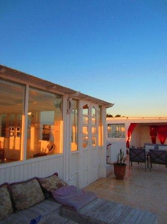 Hotel Blue Kaouki : Terrasse panoramique: Salle à manger et salon extérieur
