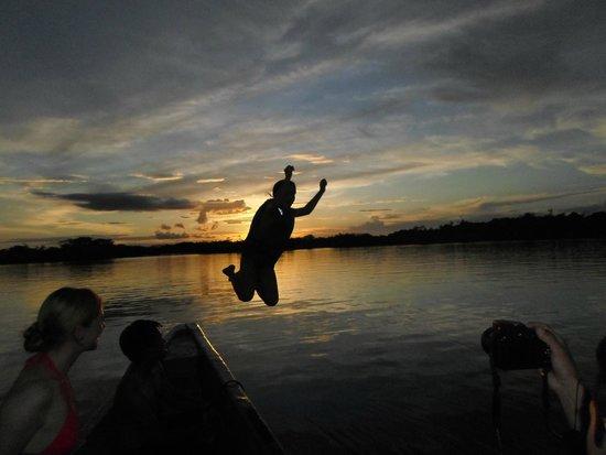 Cuyabeno Lodge: Nadando en la laguna al atardecer