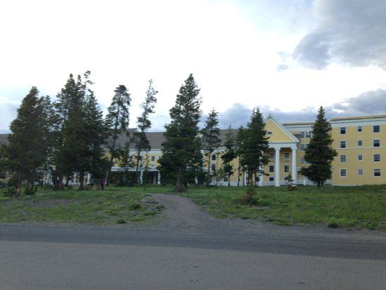 Lake Yellowstone Hotel and Cabins : front of hotel