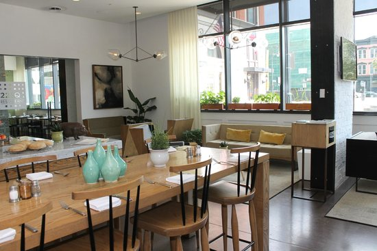 Andaz Savannah: Love the light and modern ambiance of the 22 Square restaurant