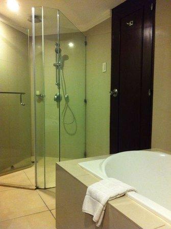 Dusit Thani Manila: Shower and bathtub- Suite