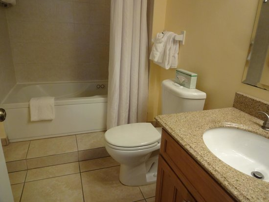 Ocean Pointe Suites at Key Largo: Master bathroom with jetted tub