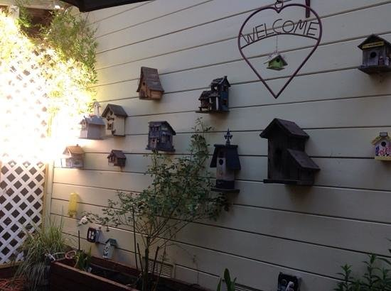 The Groveland Hotel: Cool decor on the patio