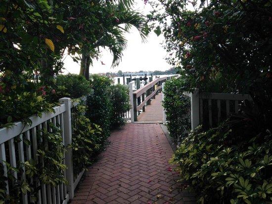Tortuga Beach Resort: Dock entrance on bay.