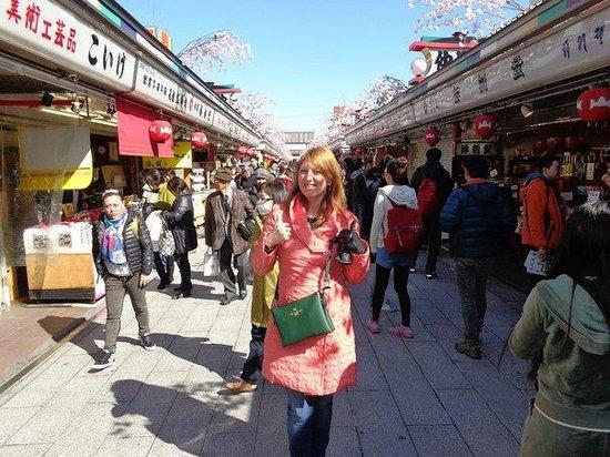 Asakusa: торговая улица перед храмом