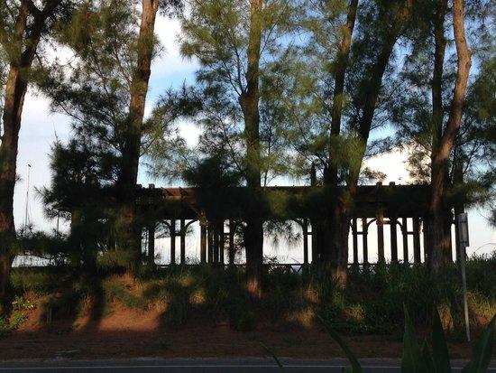 Tortuga Beach Resort: Beach pavilion and access across street.