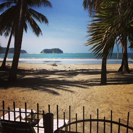 Samara Tree House Inn: Hotel's gated entrance to the ocean