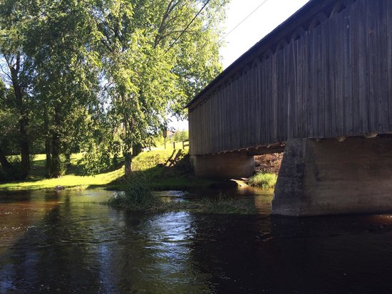 Cedarburg Covered Bridge : Lovely scenery