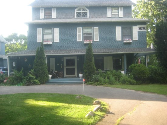 Shore Path Cottage: Easy access circle drive in front