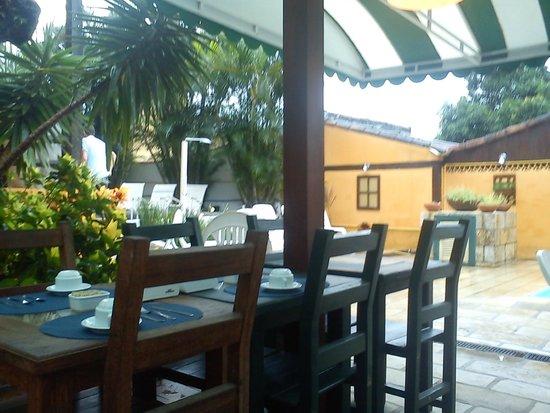 Pousada Kilandukilu: disfrutar al aire libre la comida entre un bello jardin