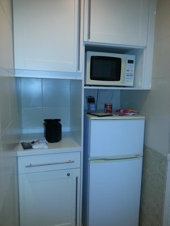 Harbour Plaza Metropolis: Kitchen in room 1025