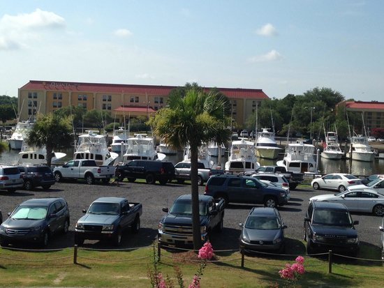 SpringHill Suites Charleston Downtown/Riverview: View of the parking in front of the hotel.