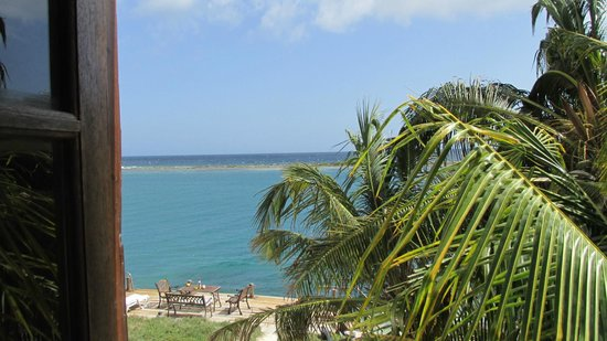 Coral Reef Beach Villa and Apartments: The bay and ocean view from the room