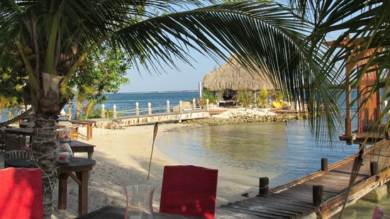 Coral Reef Beach Villa and Apartments: Nearby restaurant