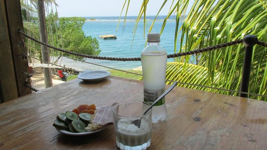 Coral Reef Beach Villa and Apartments: Great table for ocean front dining from your room