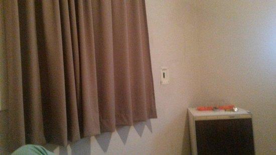 Hotel Brasil: Frigobar bem antigo.